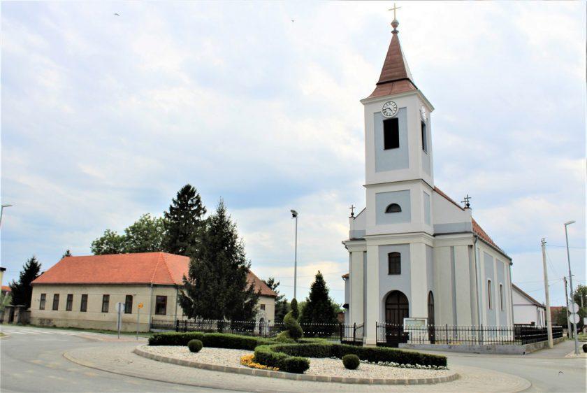 Župa crkva posvećena je sv. Ladislavu, kralju